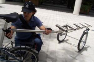 Pablo Gomez van Bike Rental Barcelona heeft zelf een fietskar ontworpen waarmee hij vouwfietsen naar zijn huurders brengt.